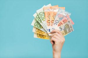 Eine Frau hält Geldscheine in der Hand.